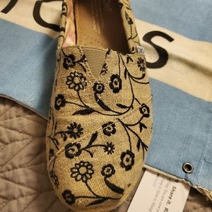 Embroidered floral ivy toms